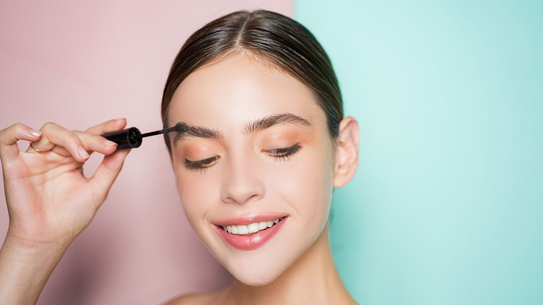 Frau schminkt ihre Augenbrauen
