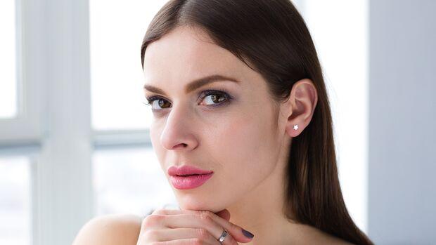 Frau trägt Lippenstift