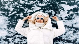 Frau trägt Winterjacke