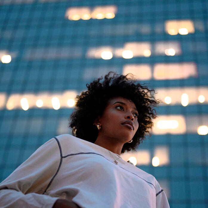 Frau vor Gebäude