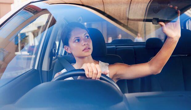 Frauen, die unter Dismorphophobie leiden, schauen meist krankhaft oft in den Spiegel, auch beim Autofahren