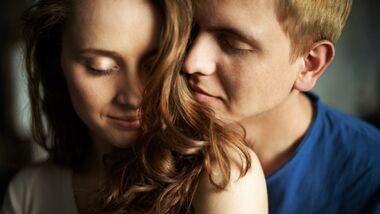 Frauen verführen Männer mit ihrem Duft