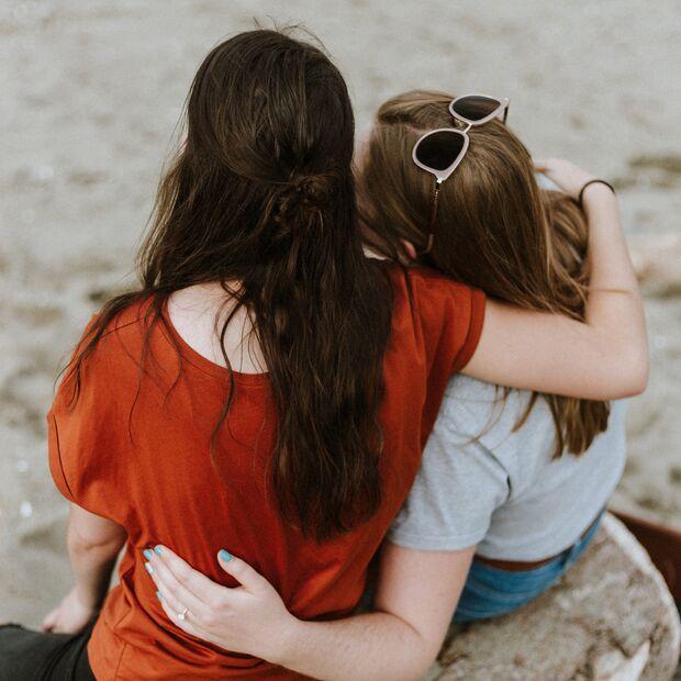 Freundinnen helfen einander