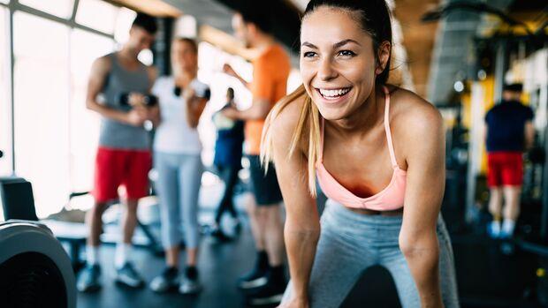 Geschminkte Frau im Gym