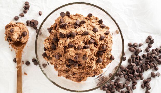 Gesundes Cookie Dough mit Banane und Schokolade
