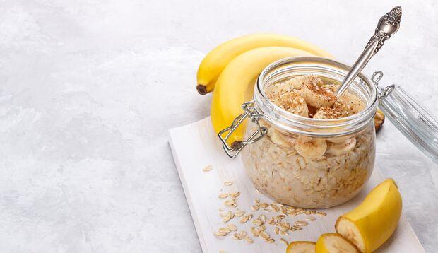 Haferflocken und Bananen enthalten gute Kohlenhydrate
