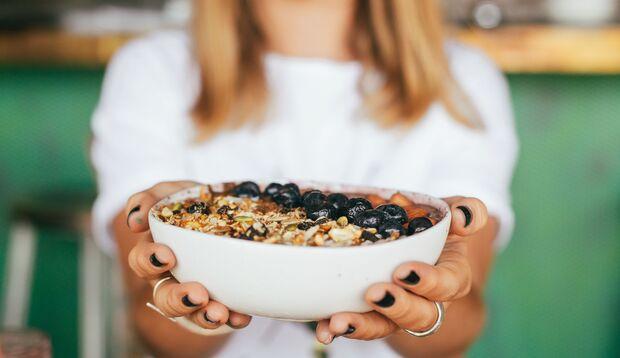 Haferflocken und Nüsse enthalten viel Magnesium