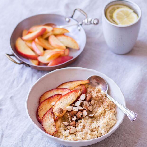 Hirse-Kardamom-Porridge mit warmen Äpfeln