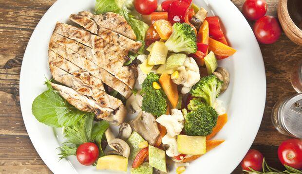 Hühnchen mit Gemüse ist eiweißreich und kohlenhydratarm