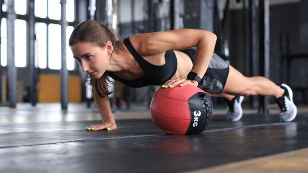 Im Schulsport wurde der Medizinball oft gehasst. Ein effektives Fitness-Tool ist er aber allemal
