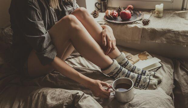 Immer gut bei kalten Füßen: Warme Socken und heißer Tee, am besten mit Ingwer.