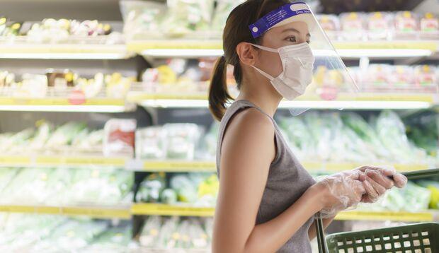 In Innenräumen sollte man zum Gesichtsvisier unbedingt auch einen Mund-Nasen-Schutz tragen, um sich vor Coronaviren zu schützen