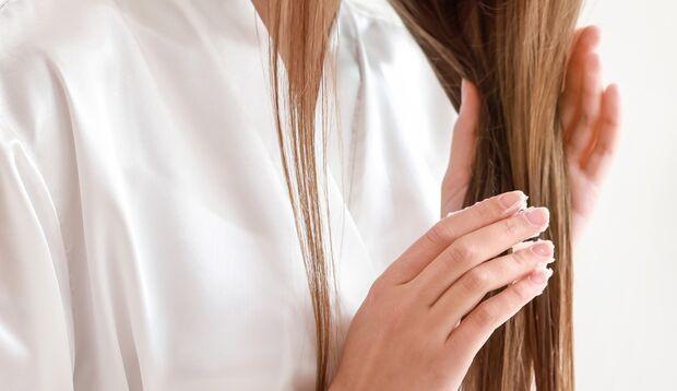 Kokosöl pflegt das Haar, ohne zu beschweren