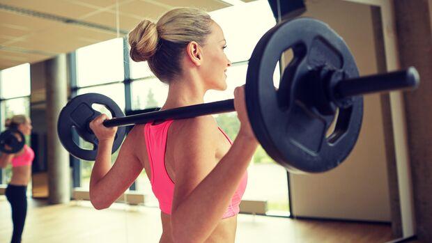 Krafttraining trägt dazu bei, die Knochensubstanz zu stärken und so Osteoporose vorzubeugen