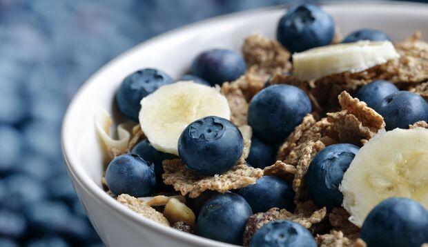 Lebensmittel mit hohem Ballaststoffgehalt – wie Obst und Vollkornprodukte – sind das A und O einer gesunden Darmflora