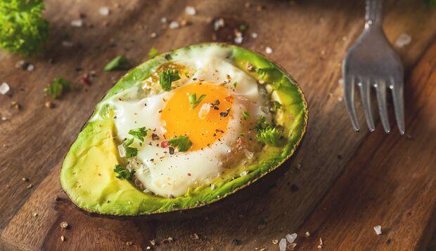 Lecker: Avocado mit Ei aus dem Ofen