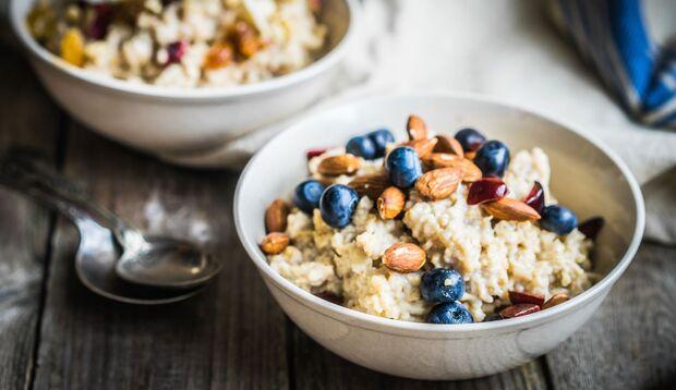 Lecker und einfach: Porridge mit Beeren