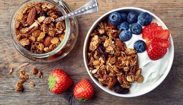 Lecker und gesund: Granola mit frischem  Obst und Joghurt