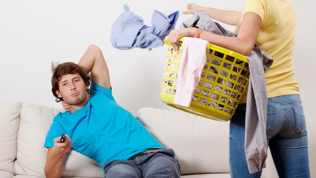 Männer verstehen: Im Wohnzimmer staubsaugen, wenn er vor dem Fernseher sitzt, um ihm zu signalisieren, dass er ein fauler Sack ist
