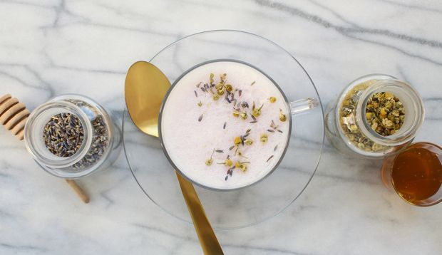 Mandelmilch mit Lavendel und Kamille