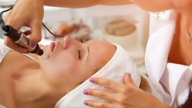 Microneedling bei einer Kosmetikerin