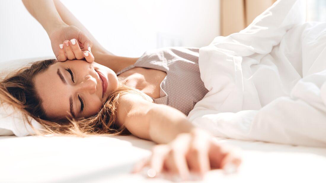 Mit den richtig plazierten Kissen haben Rückenschmerzen im Liegen keine Chance