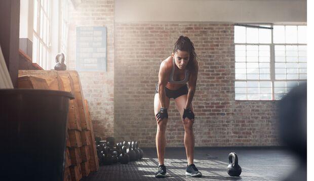 Mit kurzen, flachen Atemzügen beim Krafttraining raubst Du dir unnötig Energie.