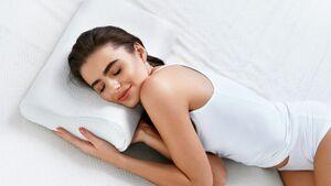 Nackenstützkissen bieten eine ideale Auflagefläche für Hals und Nacken. Plus: Der Kopf sinkt nicht zu stark ein