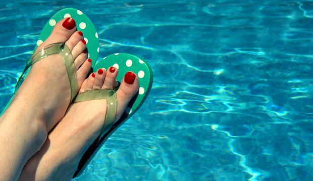Ohne Badelatschen drohen im Schwimmbad Feigwarzen an den Füßen