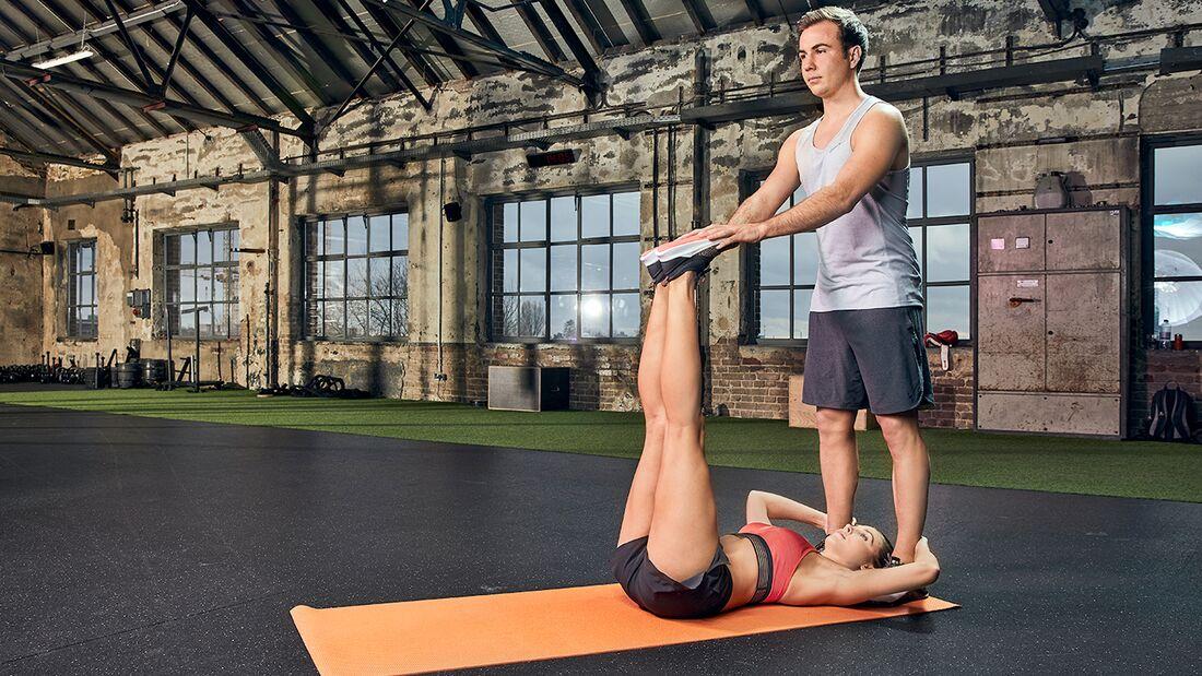 Partner-Workout: Beinpendel