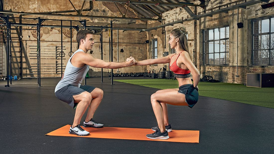 Partner-Workout: Gemeinsame Kniebeugen