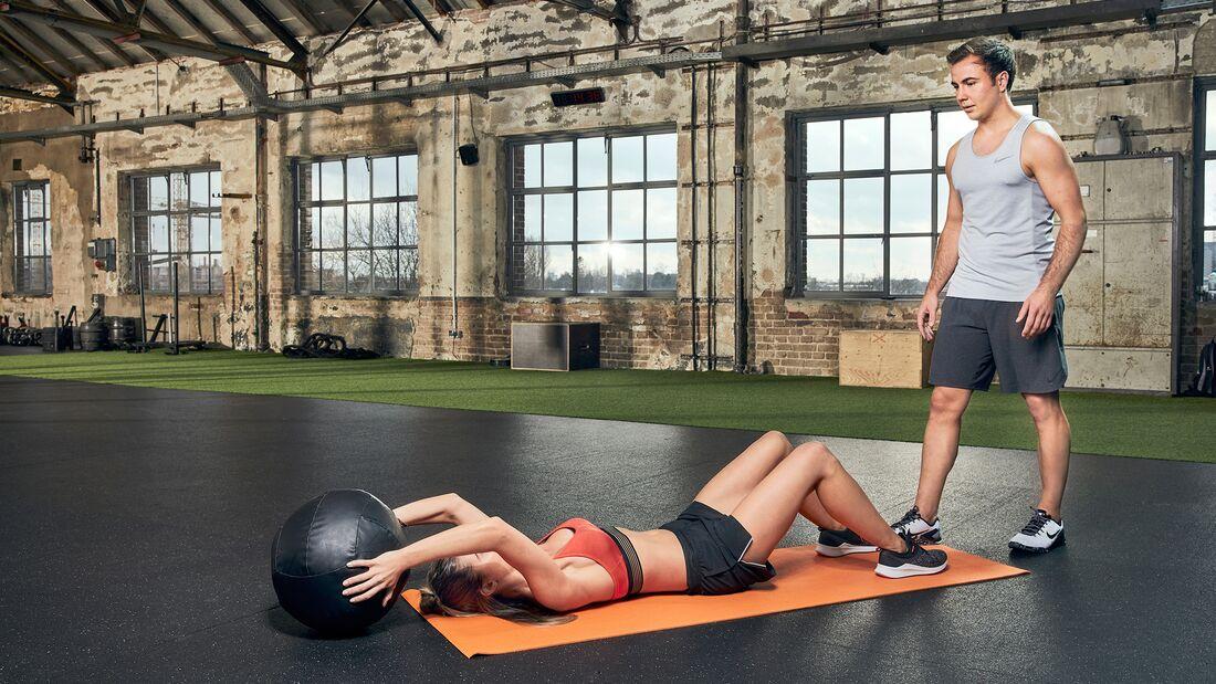 Partner-Workout: Medizinball-Crunches