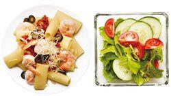 Pasta mit Shrimps und Salat