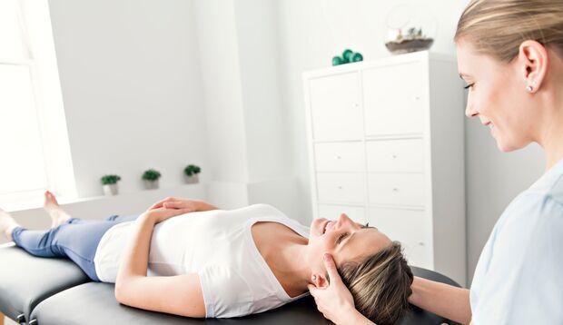 Physiotherapeutin behandelt eine Frau