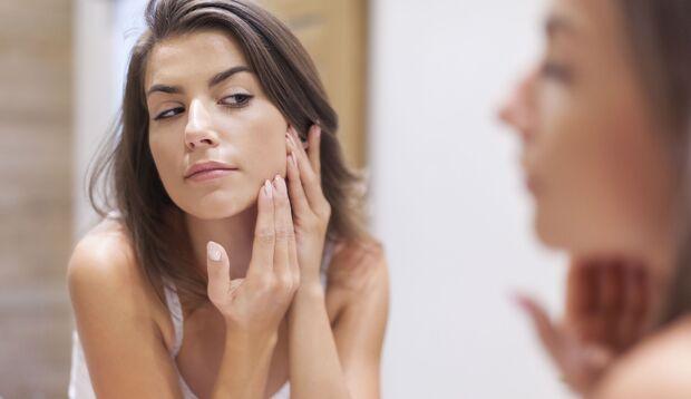 Pickel sollte man niemals selbst ausdrücken, es könnten bleibende Narben verursachen