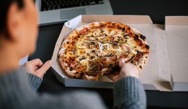 Pizza ist zwar lecker, enthält aber viele Kalorien
