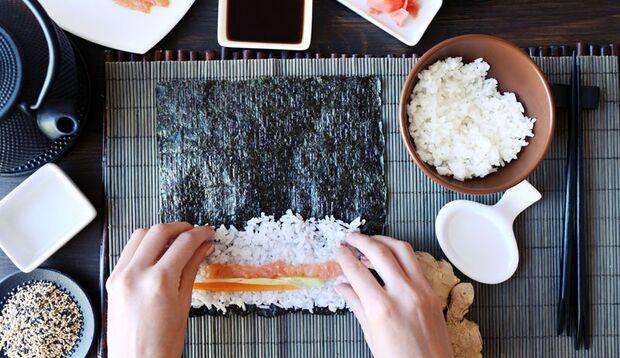 Reis, Fisch und sonstige Zutaten aufs Noriblatt legen
