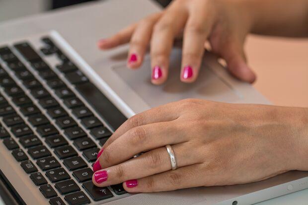 Rot Farben, auch auf den Fingernägeln,, sorgen für einen Energieschub