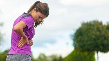 Rückenschmerzen können erste Anzeichen für eine Osteoporose sein.