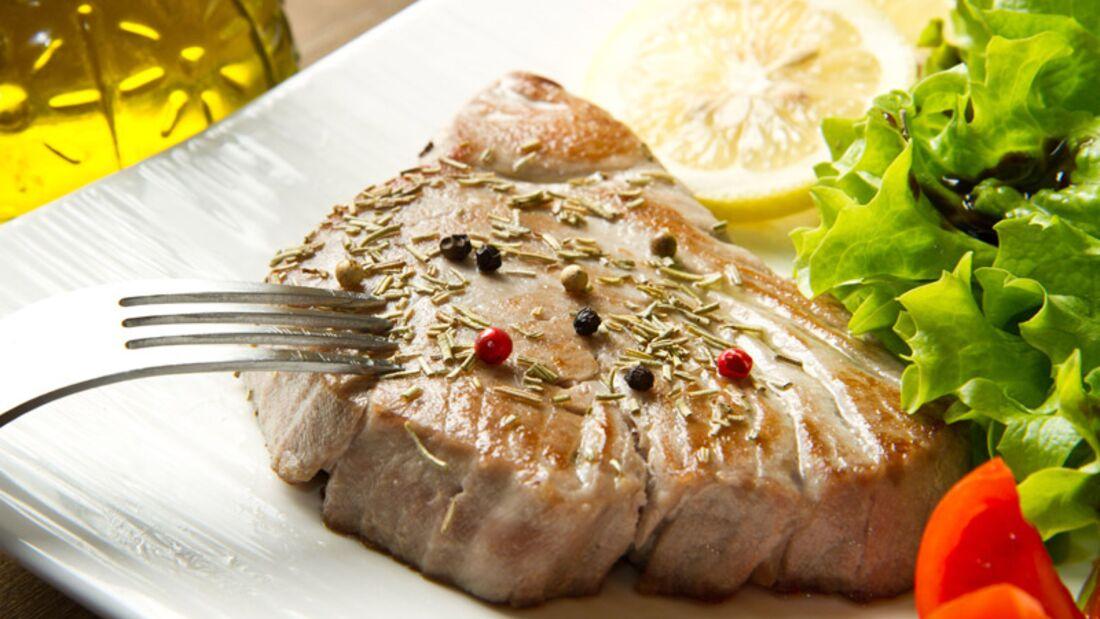 Rustikale Thunfisch-Steaks mit Country-Kartoffeln