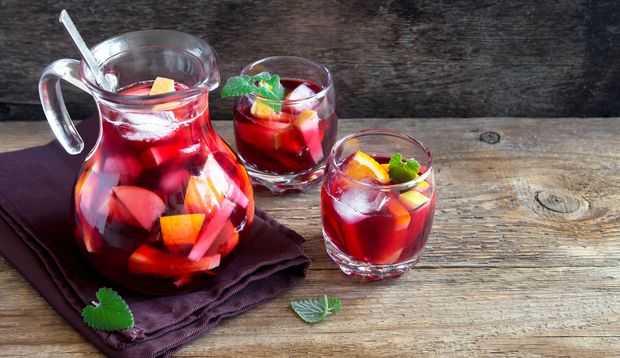 Sangria wird traditionsgemäß in Karaffen oder Gläsern serviert
