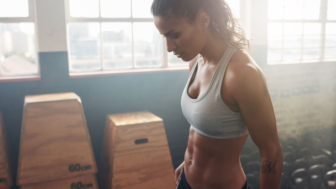 Schluss mit endlosen Sit-Ups! Hier erfährst Du alles, was Du über effektives Bauchmuskeltraining wissen musst.