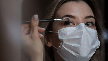 So hält dein Make-up trotz Maske
