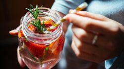 So machen Sie Fruit infused water selbst