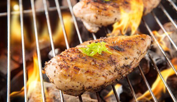 So wird Huhn schön saftig auf dem Grill