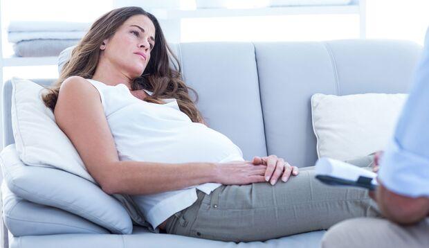 Sprich mit einem Arzt, wenn Schmerzen in der Schwangerschaft auftreten. Googeln verstärkt die Sorgen meistens noch