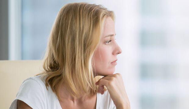 Stimmungsschwankungen bis hin zu Depressionen können Anzeichen einer vorzeitigen Menopause sein