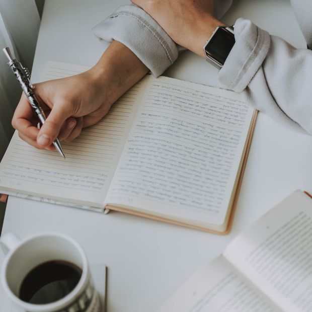 Tagebuch schreiben hilft beim Verarbeiten von Problemen und negativen Gedanken.