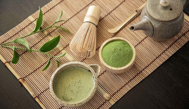 Teebesen und Teeschale gehören zum Matcha dazu