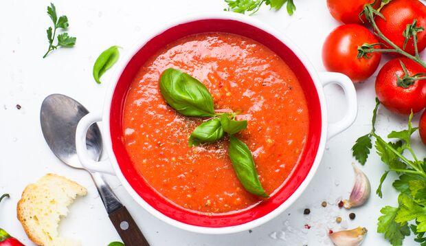 Tomatensuppe kühlt im Sommer ab